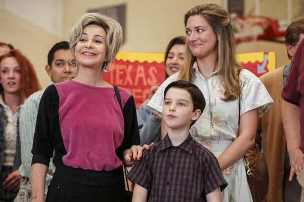 (L-R) Annie Potts as Meemaw, Iain Armitage as Sheldon Cooper and Zoe Perry as Mary in Young Sheldon (C4, TL)