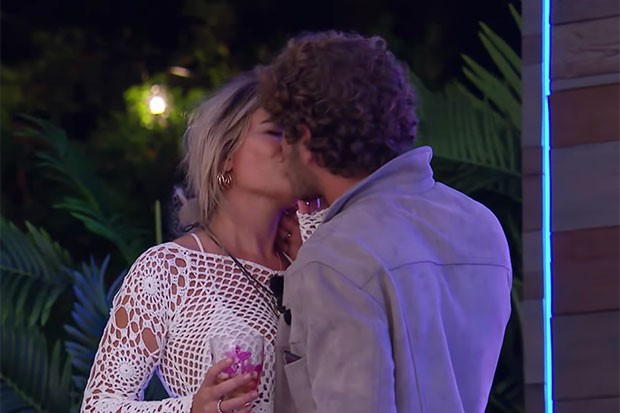 Megan and Eyal kiss on Love Island, YouTube, SL