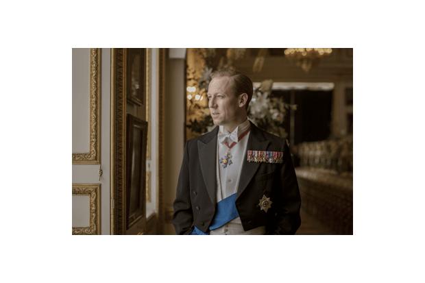 the crown season 3 netflix release date cast plot trailer news