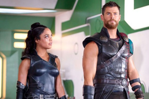 Tessa Thompson and Chris Hemsworth in Thor: Ragnarok (Marvel, HF)