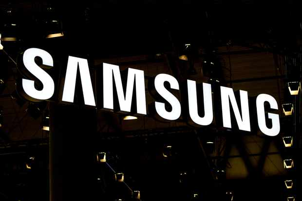 BARCELONA, SPAIN - FEBRUARY 22:  A logo sits illuminated outside the Samsung pavilion on the opening day of the World Mobile Congress at the Fira Gran Via Complex on February 22, 2016 in Barcelona, Spain. The annual Mobile World Congress hosts some of the world's largest communications companies, with many unveiling their latest phones and wearables gadgets.  (Photo by David Ramos/Getty Images) TL