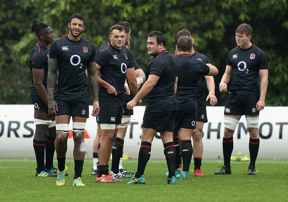 BAGSHOT, ENGLAND - NOVEMBER 16:  The England forwards look on during the England captain's run at Pennyhill Park on November 16, 2018 in Bagshot, England.  (Photo by David Rogers/Getty Images)