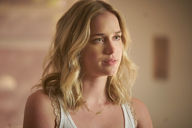 Elizabeth Lail as Beck in Netflix's You