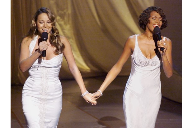 """Singers Mariah Carey (L) and Whitney Houston perform """"When You Believe"""" during the 71st Academy Awards 21 March 1999 at the Dorothy Chandler Pavilion. (ELECTRONIC IMAGE)  AFP PHOTO   Timothy A. Clary (Photo credit should read TIMOTHY A. CLARY/AFP/Getty Images)"""