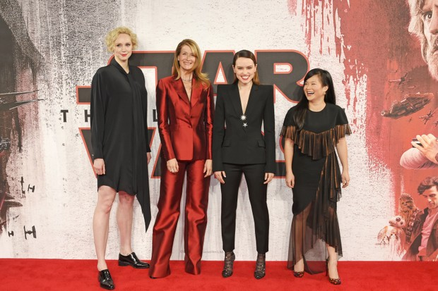 LONDON, ENGLAND - DECEMBER 13: (L to R) Gwendoline Christie, Laura Dern, Daisy Ridley and Kelly Marie Tran pose at the 'Star Wars: The Last Jedi' photocall at Corinthia Hotel London on December 13, 2017 in London, England. (Photo by David M. Benett/Dave Benett/WireImage)