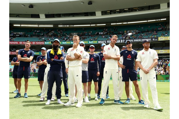 SYDNEY, AUSTRALIA - JANUARY 08: England look on during the presentation during day five of the Fifth Test match in the 2017/18 Ashes Series between Australia and England at Sydney Cricket Ground on January 8, 2018 in Sydney, Australia. (Photo by Ryan Pierse/Getty Images)