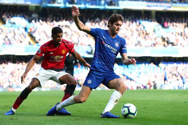 LONDON, ENGLAND - OCTOBER 20:  Marcos Alonso of Chelsea is challenged by Marcus Rashford of Manchester United during the Premier League match between Chelsea FC and Manchester United at Stamford Bridge on October 20, 2018 in London, United Kingdom.  (Photo by Clive Rose/Getty Images)