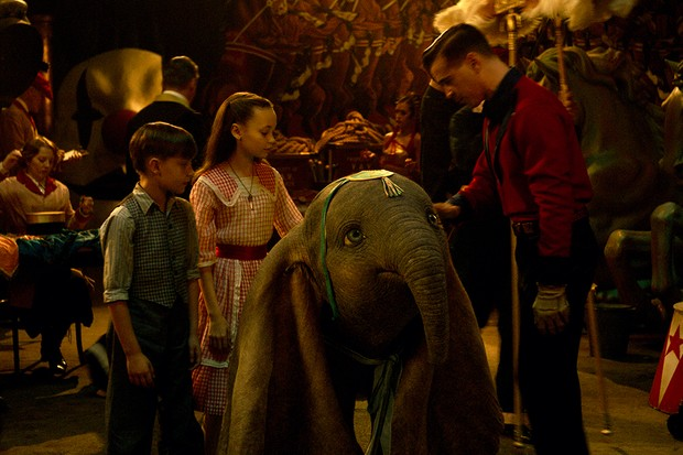 Colin Farrell with Nico Parker and Finley Hobbins in Dumbo (Disney)