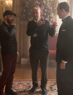 The Crown - Adriano Goldman, Stephen Daldry, Harry Hadden-Paton - Adriano Goldman (DOP), Stephen Daldry (director) lay out scene with Harry Hadden-Paton (Charteris)