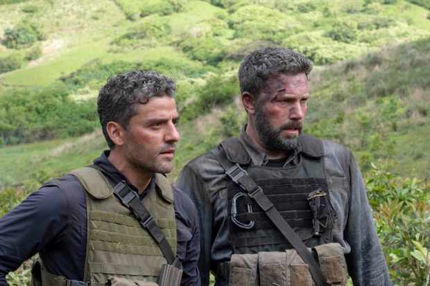 "TRIPLE FRONTIER (2019) - pictured L-R: Oscar Isaac (""Pope"") and Ben Affleck (""Redfly"") Photo by Melinda Sue Gordon / Courtesy of Netflix   TF_DAY37-0495.RAF"