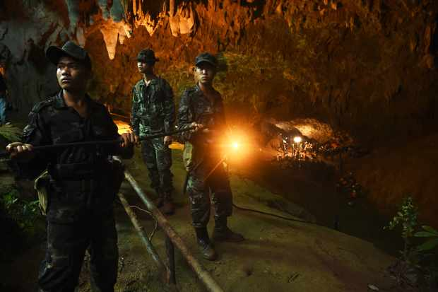 TOPSHOT - Thai soldiers relay electric cable deep into the Tham Luang cave at the Khun Nam Nang Non Forest Park in Chiang Rai on June 26, 2018 during a rescue operation for a missing children's football team and their coach (Getty)