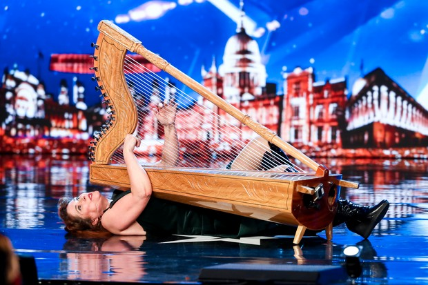 """Britain's Got Talen t Ursula (ITV) """"title ="""" Ursula (ITV) britannique talentueux acquis """""""" data-lightbox-src = """"https://media.immediate.co.uk/volatile/sites/3/2019/04/britains_got_talent_sr13_ep3_11_11-de4bdd4. jpg? quality = 90 & w = 1620 & h = 1080 """"/> </div> <p> La jeune femme de 48 ans monte sur le London Palladium et montre la sérénité à l'époque lorsqu'elle porte une harpe. </p> <p> Mais les choses deviennent vite étranges quand elle jette la chaise On lui a fourni la harpe, en la jouant de façon de plus en plus maniaque. </p> <p> Nous ne savons pas si c'est de la comédie, si c'est de la musique - nous ne savons même pas ce que nous venons de voir. </p> <p> et Dec, cette somme, Ursula est la meilleure, avec Ant la qualifiant de """"complètement dingue"""". </p> <p> """"Je ne suis pas sûr de ce que je viens de voir"""", a déclaré Dec. «Mais je pense que j'ai vraiment aimé ça.» </p> <h3> Le plus meurtrier: l'exposition au couteau de Gomonov </h3> <div class="""