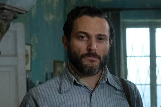 Yorgos Karamihos en tant que Theo dans The Durrells