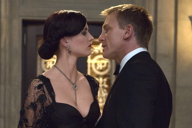 CR_13909_r – Eva Green (left) and Daniel Craig (right) star in Metro-Goldwyn-Mayer Pictures/Columbia Pictures/EON Productions' action adventure Casino Royale.  Photo Credit: Jay Maidment