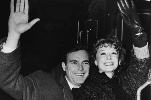Scott Brady and Gwen Verdon at Waterloo Station, London, January 10th 1955 (Getty Images)