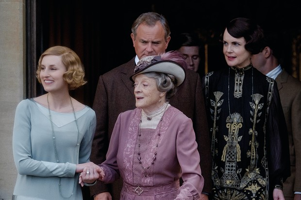 4127_D019_00107_RC(l-r.) Laura Carmichael stars as Edith Crawley, Maggie Smith as Violet Crawley, Hugh Bonneville as Robert Crawley, Allen Leech as Tom Branson and Elizabeth McGovern as Cora Crawley in DOWNTON ABBEY, a Focus Features release.Credit:  Jaap Buitendijk / Focus Features