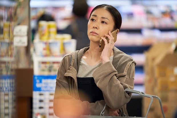 Yûko Nakamura plays Kenzo's wife Rei in Giri Haji