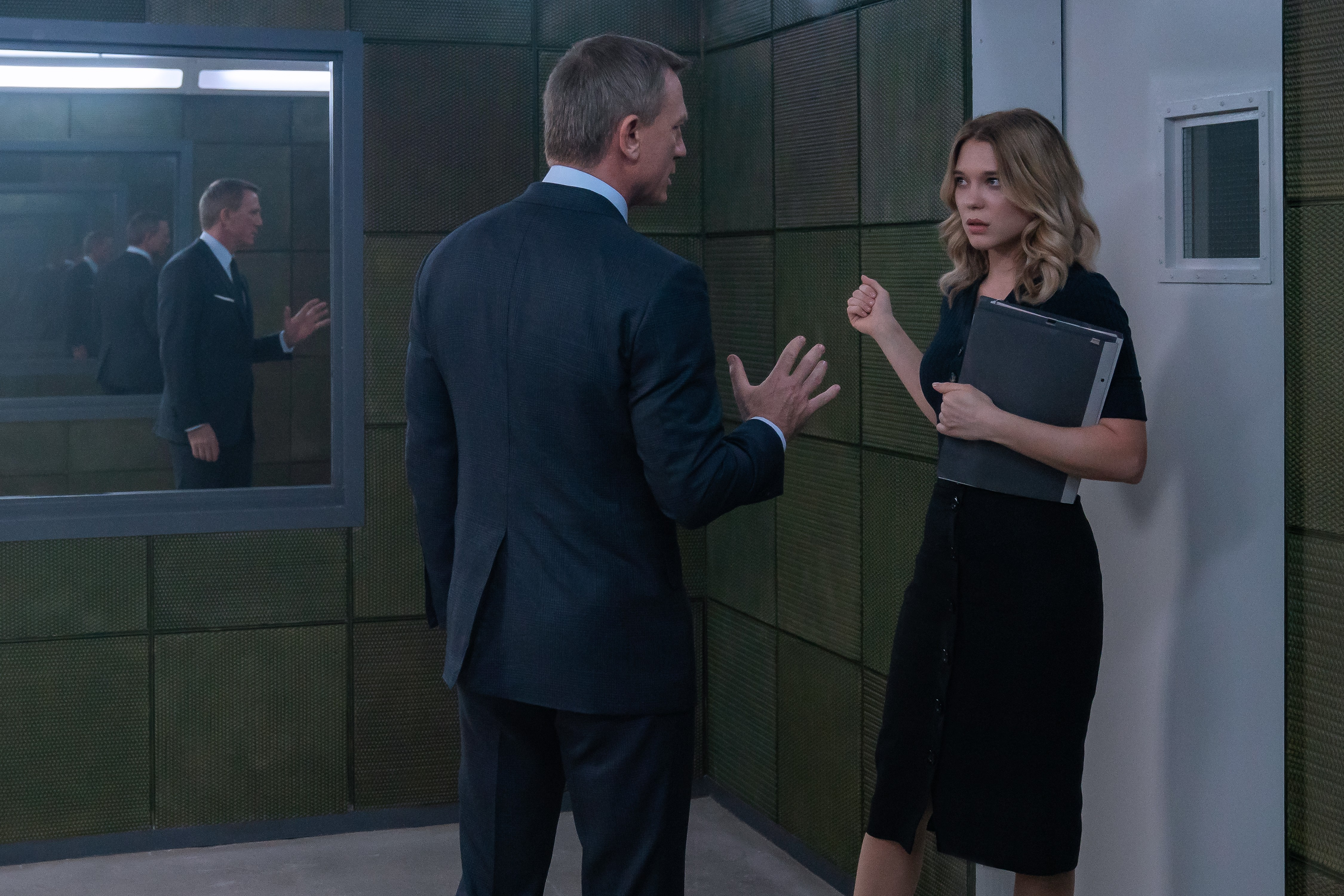 James Bond (Daniel Craig) in discussion with Dr. Madeleine Swann (Léa Seydoux) in