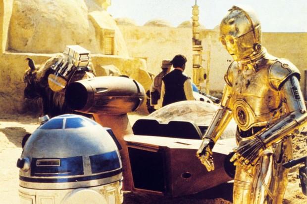 Daniels in costume on the set of 1977's Star Wars: A New Hope alongside Kenny Baker's R2-D2 (Getty)