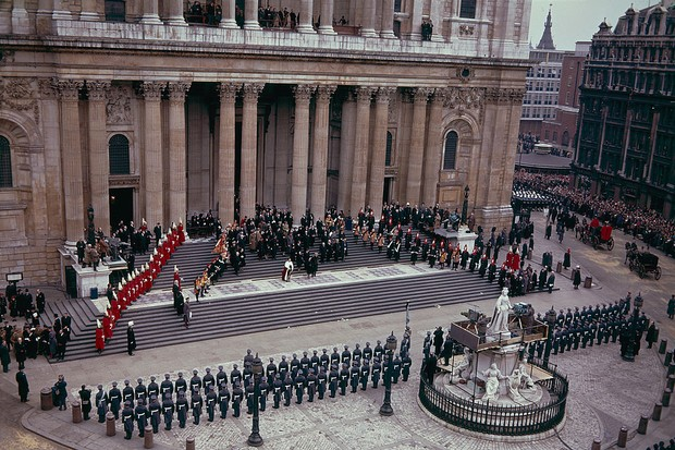 A service guard of honour outside St Paul's Cathedral during the state funeral of Sir Winston Churchill (1874 - 1965), 30th January 1965. (Photo by Fox Photos/Hulton Archive/Getty Images)