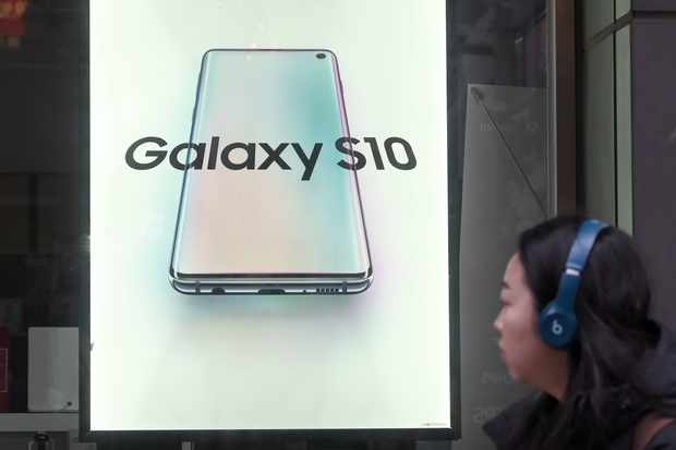A woman walks past an advertisement for the Samsung Galaxy Note S10 smartphone at a telecom shop in Seoul on January 8, 2020. - Samsung Electronics' operating profits fell by more than a third in the fourth quarter, the world's biggest manufacturer of smartphones and memory chips estimated on January 8. (Photo by Jung Yeon-je / AFP) (Photo by JUNG YEON-JE/AFP via Getty Images)