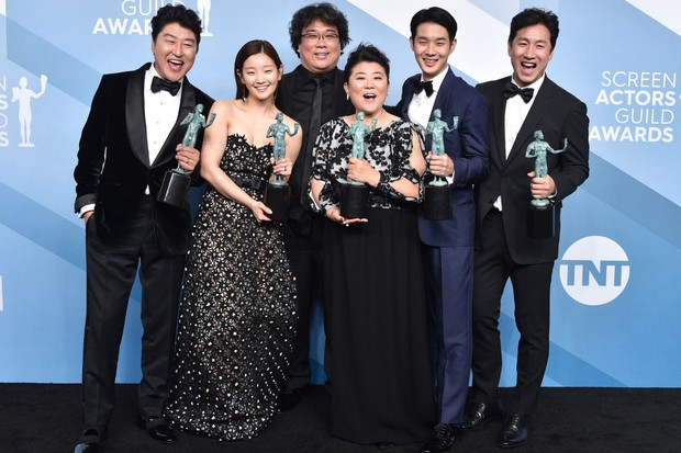 "LOS ANGELES, CALIFORNIA - JANUARY 19:  (L-R) Song Kang Ho, So-dam Park, Jeong-eun Lee, Sun-kyun Lee, Woo-sik Choi, and director Bong Joon-ho, winners of Outstanding Performance by a Cast in a Motion Picture for ""Parasite"" pose in the press room during the 26th Annual Screen Actors Guild Awards at The Shrine Auditorium on January 19, 2020 in Los Angeles, California. 721430 (Photo by Gregg DeGuire/Getty Images for Turner)"