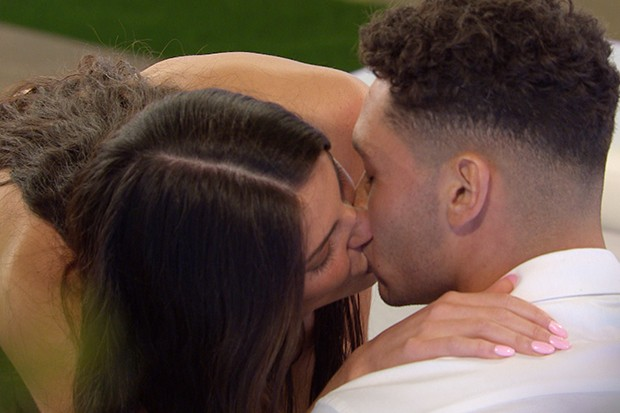 Love Island's Rebecca and Callum shared a smooch (©ITV)