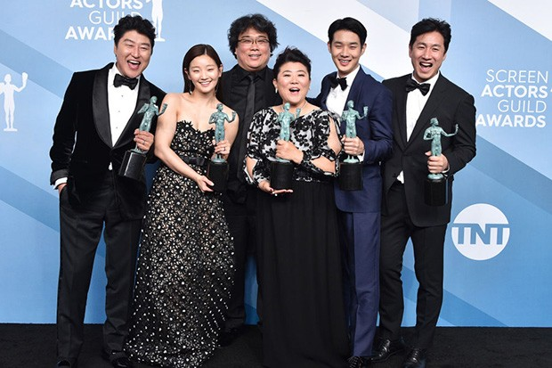 """LOS ANGELES, CALIFORNIA - JANUARY 19:  (L-R) Song Kang Ho, So-dam Park, Jeong-eun Lee, Sun-kyun Lee, Woo-sik Choi, and director Bong Joon-ho, winners of Outstanding Performance by a Cast in a Motion Picture for """"Parasite"""" pose in the press room during the 26th Annual Screen ActorsGuild Awards at The Shrine Auditorium on January 19, 2020 in Los Angeles, California. 721430 (Photo by Gregg DeGuire/Getty Images for Turner)"""