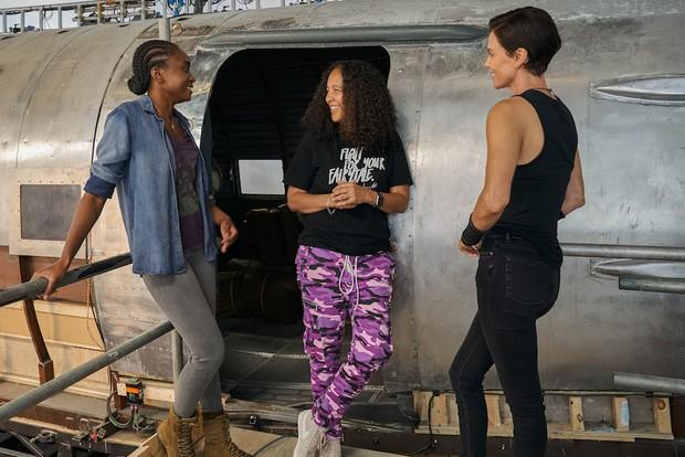 Gina Prince-Bythewood on set with Kiki Lane and Charlize Theron (Netflix)