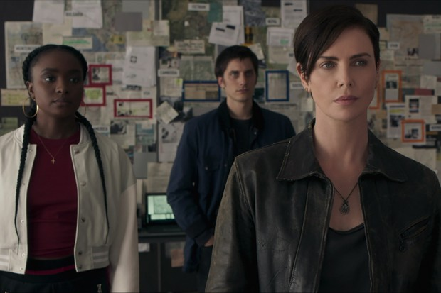 THE OLD GUARD (L to R) KIKI LAYNE as NILE, LUCA MARINELLI as NICKY, CHARLIZE THERON as ANDY