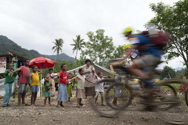 Team Summit de España (miembros del equipo Emma Rocca, Yucca Pinola, Fran Lopez Costa, Albert Roca Velasquez y David Rovera Rocketa) durante la Environmental Challenge Adventure Race 2019 en Fiji el jueves 12 de septiembre de 2019 (Wynn Ruji / Amazon)