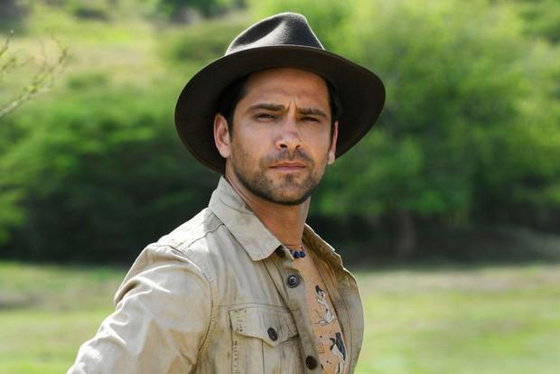 Luke Pasqualino plays Ed Lancer in Death in Paradise