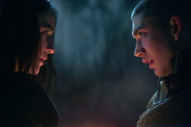 Shadow and Bone (kiri ke kanan) Jesse Mi Lee sebagai Alina Starkov dan Archie Reno sebagai Mali Ortsev di Shadow and Bone Cr.  Atas kebaikan Netflix © 2021