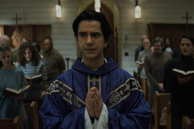 MIDNIGHT MASS (L to R) HAMISH LINKLATER as FATHER PAUL in episode 103 of MIDNIGHT MASS Cr. COURTESY OF NETFLIX © 2021