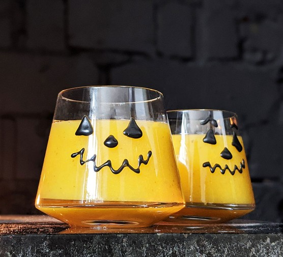 Pear, pumpkin and ginger juice in two serving glasses