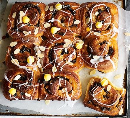 Simnel share 'n' tear buns