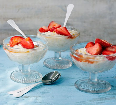 Arroz con leche with strawberries in sherry