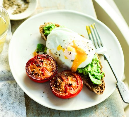 Poached eggs with smashed avocado & tomatoes