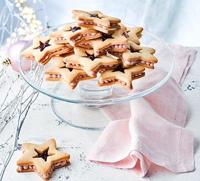 Jammy star cookies on cake stand