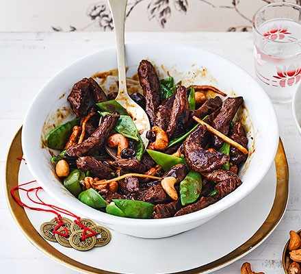 Beef with mangetout & cashews served in a bowl