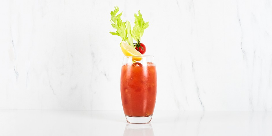 Bloody mary cocktail op wit marmeren achtergrond