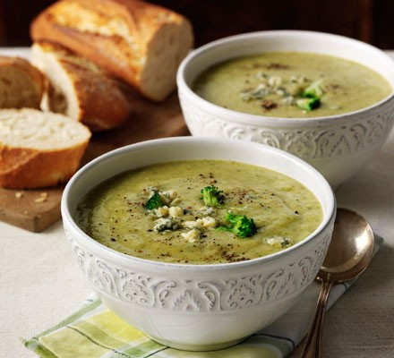 Broccoli and stilton soup in bowls with bread