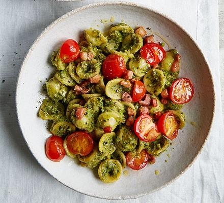 Broccoli pesto & pancetta pasta in a bowl