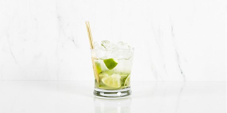 Caipirovska-cocktail met limoen op marmeren achtergrond