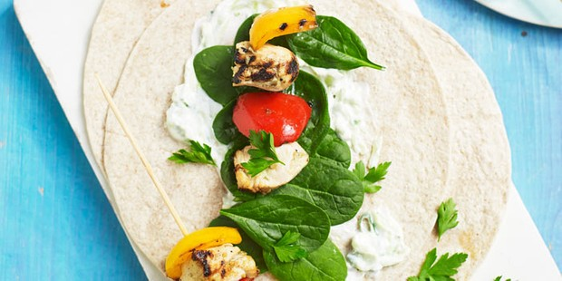 Chicken pieces with salad and vegetables on fajitas