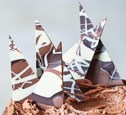 Marbled chocolate shards on cake