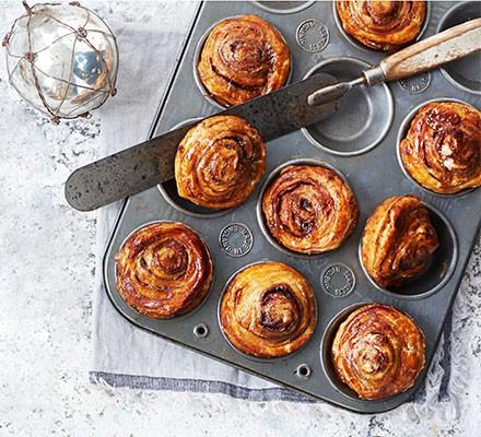 Cinnamon swirl mince pies in a cake tin