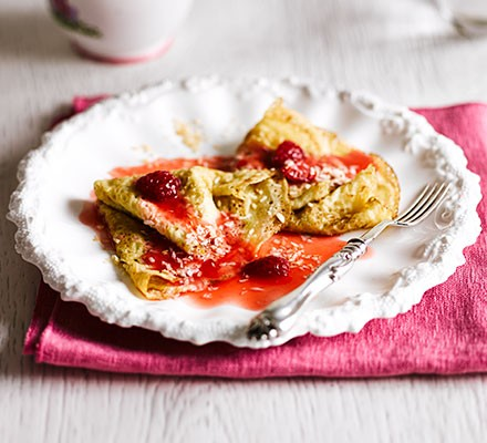 Coconut crêpes with raspberry sauce