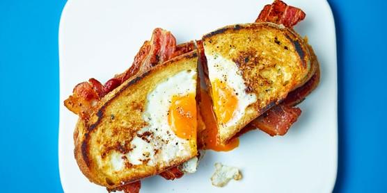 Sanduíche de ovo e bacon no prato
