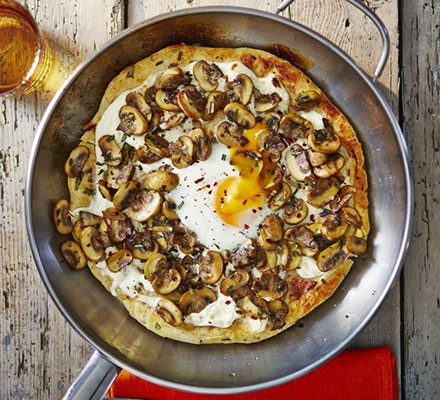 Frying pan pizza bianco with mushrooms & egg